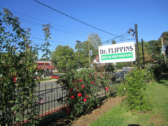 Dr. Flippin's Bed and Breakfast: The wrought iron fence and sign in front of the B&B.