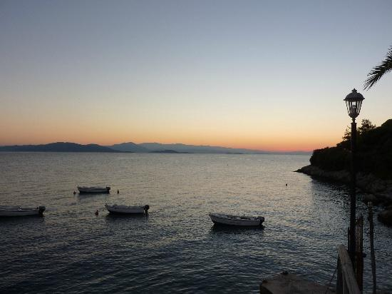 Pounda Paou: Sea, sunset and boats from hotel grounds