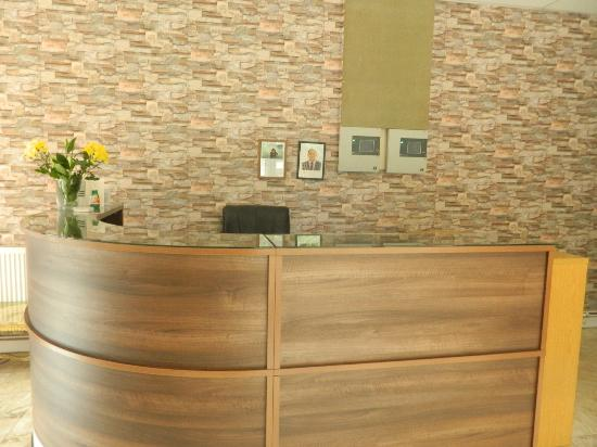 Globe Hotel: Reception desk (unmanned as usual)