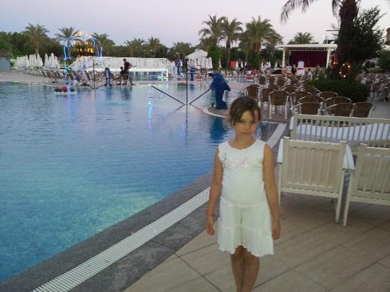 Delphin Palace Hotel: La piscine au crépuscule
