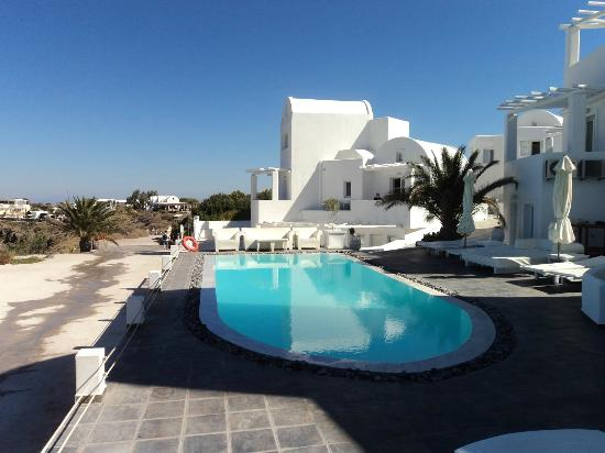 Rocabella Santorini Hotel: The lower pool area
