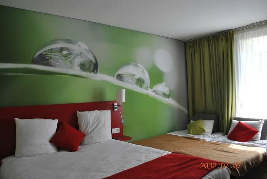 Ibis Styles Avignon Sud : simple and clean, they set out rollaways for the kids