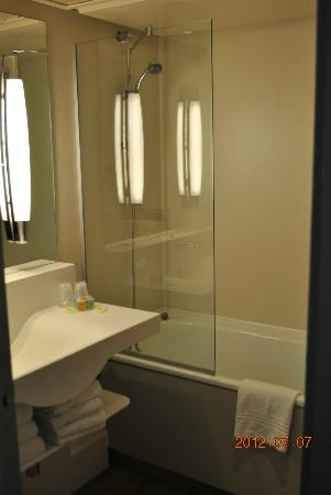 Ibis Styles Avignon Sud : small but clean bathroom