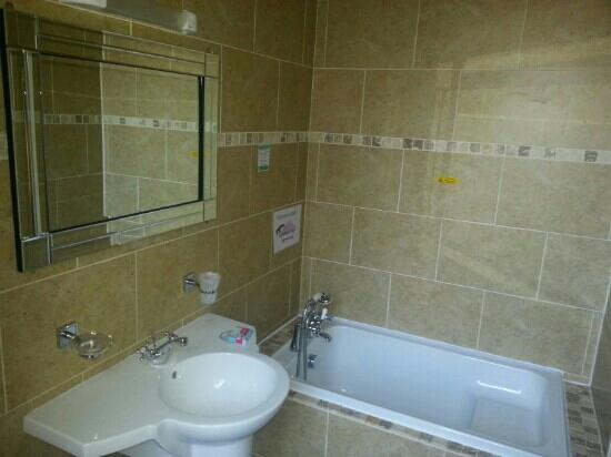 Brownes hotel: bathroom room 1