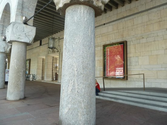 Museo de Bellas Artes: Colunas frontais do Kunstmuseum na St. Alban-Graben.