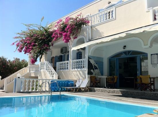 Stelios Place: Breakfast & pool area