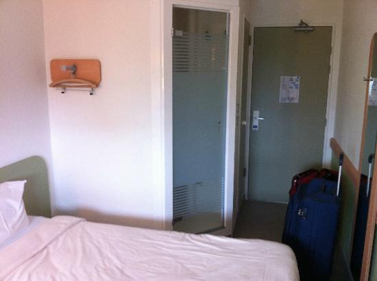 Entrance shower picture of ibis budget paris porte de vincennes paris tripadvisor - Ibis budget porte vincennes ...
