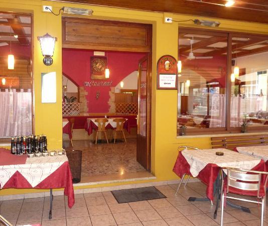 Ristorante Pizzeria Alpino: entrata piu terrazza
