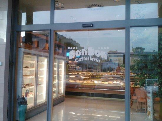 Caffetteria Bon Bon: veduta dell'ingresso del locale