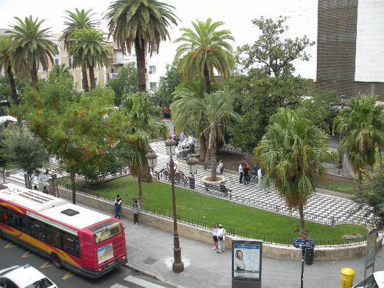 Hotel Derby Sevilla: Vista della piazza antistante l'hotel