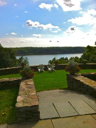 Buttermilk Falls Inn & Spa: lawn overlooking the Hudson