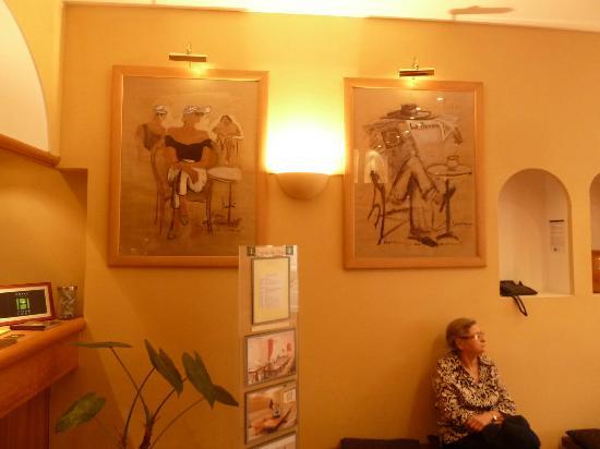 Hotel Carre Vieux Port Marseille: Aspecto de decoração do hall.