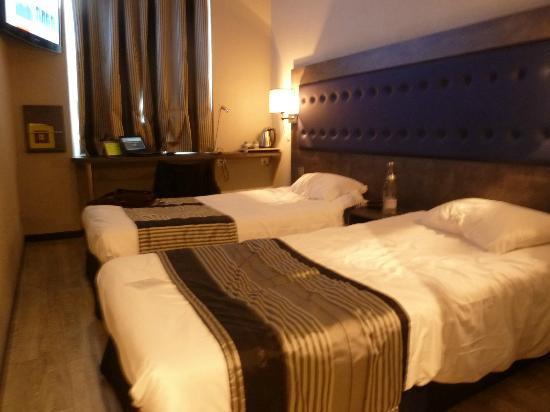 Hotel Carre Vieux Port Marseille : Vista do quarto.