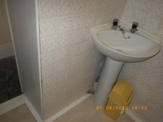 The Clarence House Hotel: Shabby bathroom