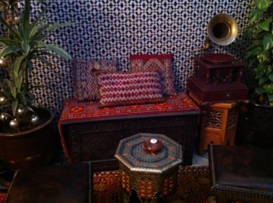 Riad Lahboul : tea corner with real phonograph