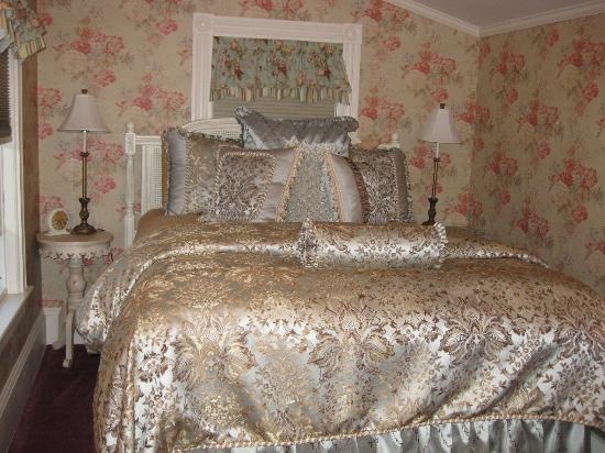 Holbrook House: Plush bed of the Rose Room