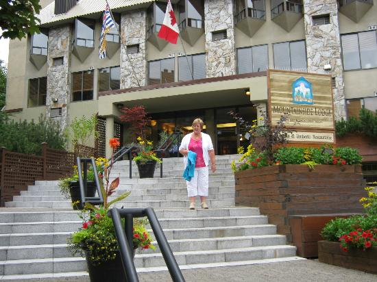 Mountainside Lodge: Hotel Entrance
