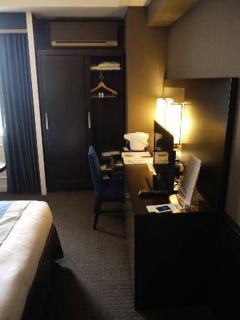 Hotel Monterey Kyoto: Kleiderschrank, Schreibtisch & TV