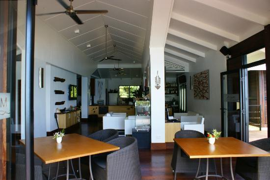 Moyyan House by the Sea: Sala da pranzo con soggiorno e bar