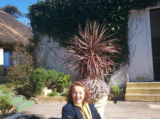 Hotel San Marcos: Al lado de la piscina abierta, tomando sol.