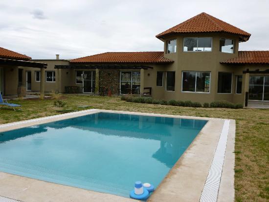 """Villa Mansa Wine Hotel & Spa: Zona de pileta. Arriba una especie de """"mirador"""""""