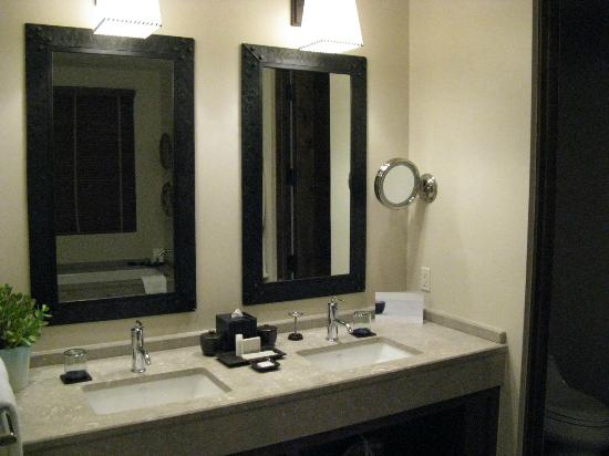 Four Seasons Resort Rancho Encantado Santa Fe: Sink area in the large bathroom