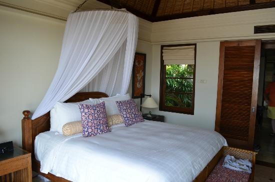 Four Seasons Resort Bali at Jimbaran Bay : Indoor living space with King size bed