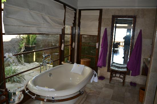Four Seasons Resort Bali at Jimbaran Bay : Awesome Bathroom