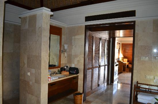 Four Seasons Resort Bali at Jimbaran Bay: A different angle of the bathroom
