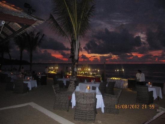 Beyond Resort Khaolak: Awesome dinner setting in the sunset!