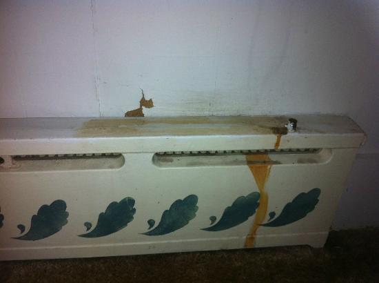 The Surry Inn: Radiador de la habitación 7 con manchas y herrumbre / Stained and rusty radiator