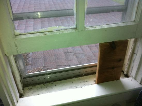 The Surry Inn: Un madero sostiene la ventana abierta / A piece of wood holds the window open