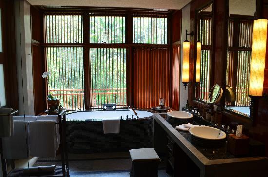 Four Seasons Resort Bali at Sayan: Bathroom shot