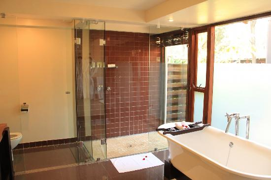 Arusha Coffee Lodge: shower area