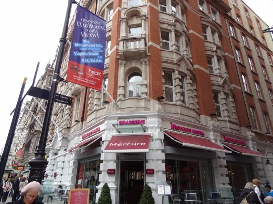 ‪‪Mercure London Bloomsbury‬: the front of the hotel. Lane way next to it had some nice places to eat as well as the hotel.