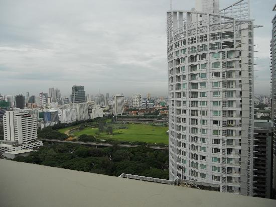 Mayfair, Bangkok - Marriott Executive Apartments : View from Roof top Pool/Bar