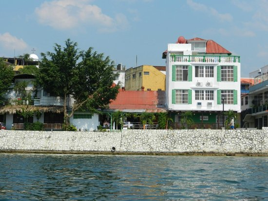 Hotel Casa Amelia: View of the hotel from the lake