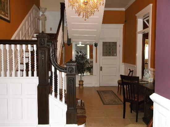 Barber-Tucker House Bed and Breakfast: Hall and stairs