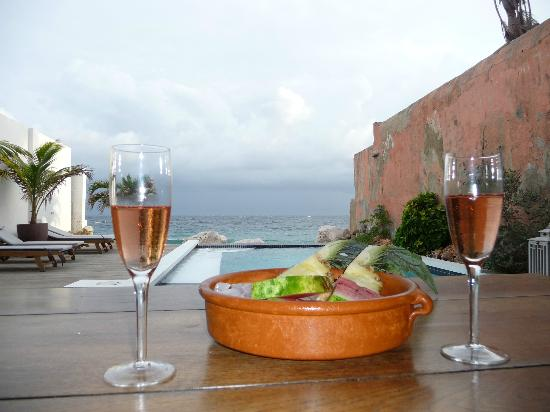 PM78 Urban Oasis Curacao: Enjoying our welcome Prosecco and fruit upon arrival- nice touch! 