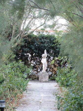 Biniarroca Hotel : The grounds - a garden setting