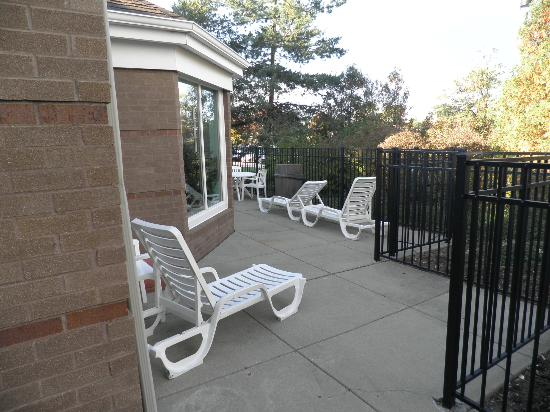 Hampton Inn and Suites Chicago Lincolnshire: Sun deck outside of pool
