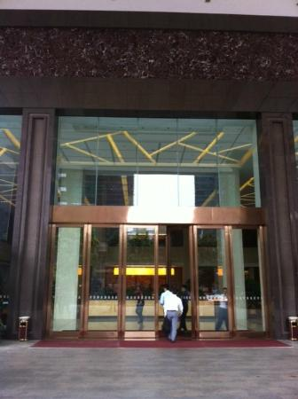 Yihao Business Hotel: Lobby/Front door