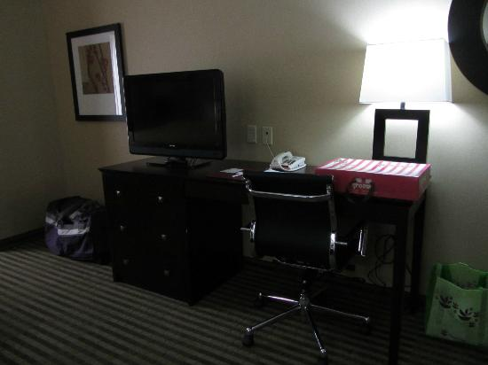 Holiday Inn Express & Suites Elkton - Newark S. - UD Area: tv/desk
