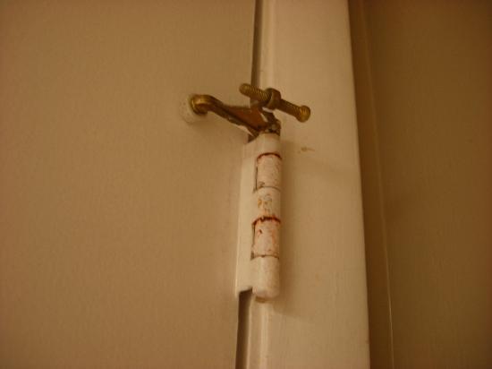 Bay View Inn: Rust on the door hinges