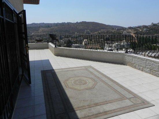 Khouriya Family Guesthouse: Terrasse