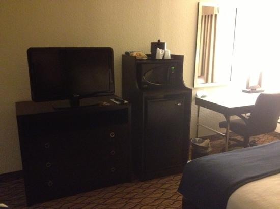 Holiday Inn Express Baltimore - BWI Airport West: flat screen tv and desk