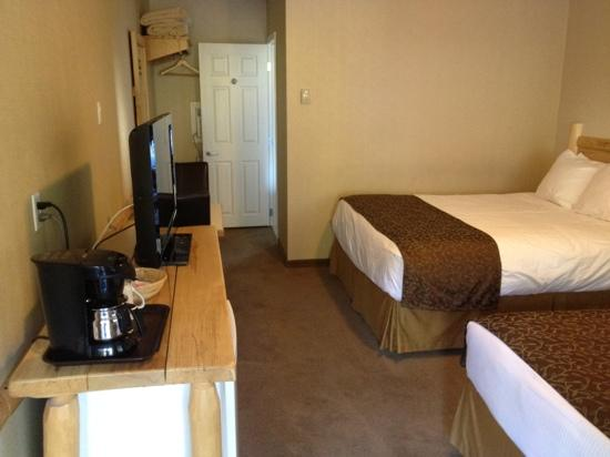 Swiss Chalet Motel: 2 bedroom suite. New flat screen tv. very comfortable beds!