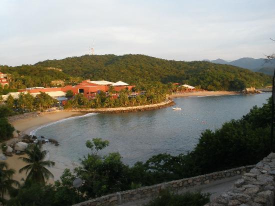 Las Brisas Huatulco: Vista de dos de las cuatro playas del hotel