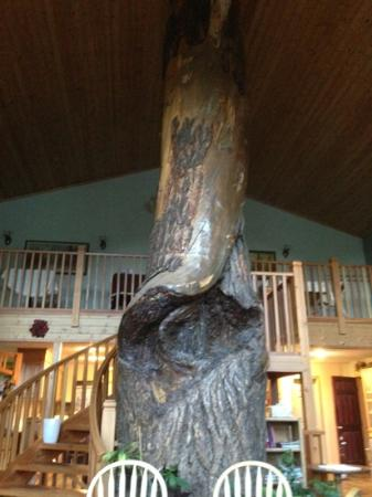 Glenogle Mountain Lodge & Spa: Giant tree in the dining area. Beautiful!