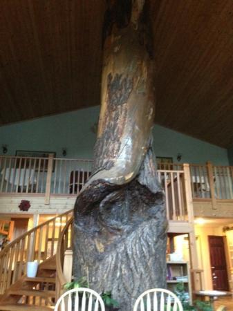 Glenogle Mountain Lodge & Spa: Giant tree in the dining area. Beautiful! 